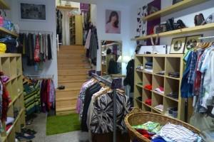 Interiér obchůdku Koloběh aspousta lákavých kousků zdruhé ruky mj. zfiremních sbírek oblečení od FOREWEAR