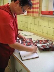 Švadlenky zkouší zápisník doobalu zrecyklované textilie