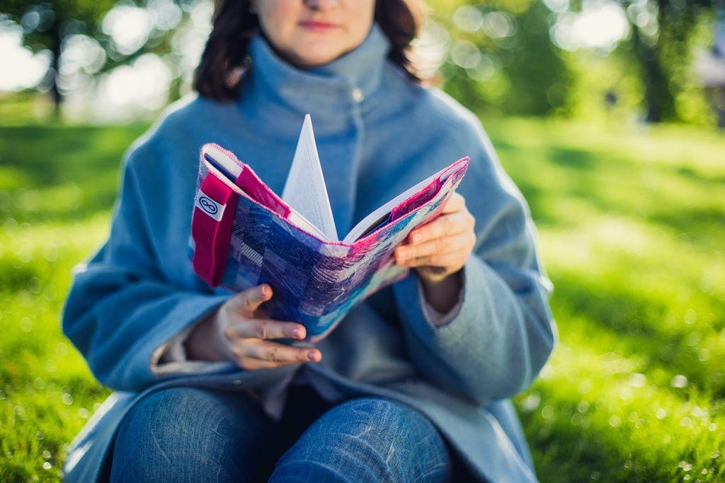 Zde ještě praktický návod, jak knihu doobalu správně umístit: Knihu před sebe rozevřete. Položte před sebe také obal naknihu. Obě strany obalu svolně přichycenými chlopněmi ohněte směrem dovnitř azvnějšku dochlopní vsuňte desky otevřené knihy nejprve zjedné apoté zdruhé strany. Poté knihu vobalu zavřete azezadu přetáhněte gumičku, aby se Vám kniha sama od sebe neotevřela. Aje to :)