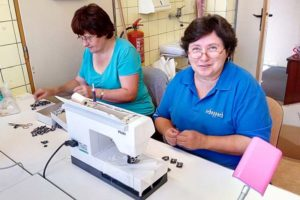 Paní Alenka sEliškou připravují osmičky navýrobky FOREWEAR
