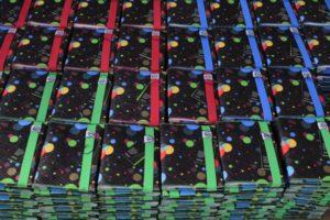 Zápisníky smodrými, červenými azelenými barvičkami gum anití