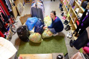 Paní Věra při převzetí 12 pytlů s oblečením od zaměstnanců společnosti Etnetera Activate