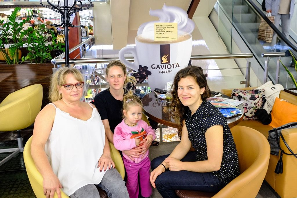 Foto zkavárny: zaPotex Lenka, Katka, Áďa, zaFOREWEAR Markét