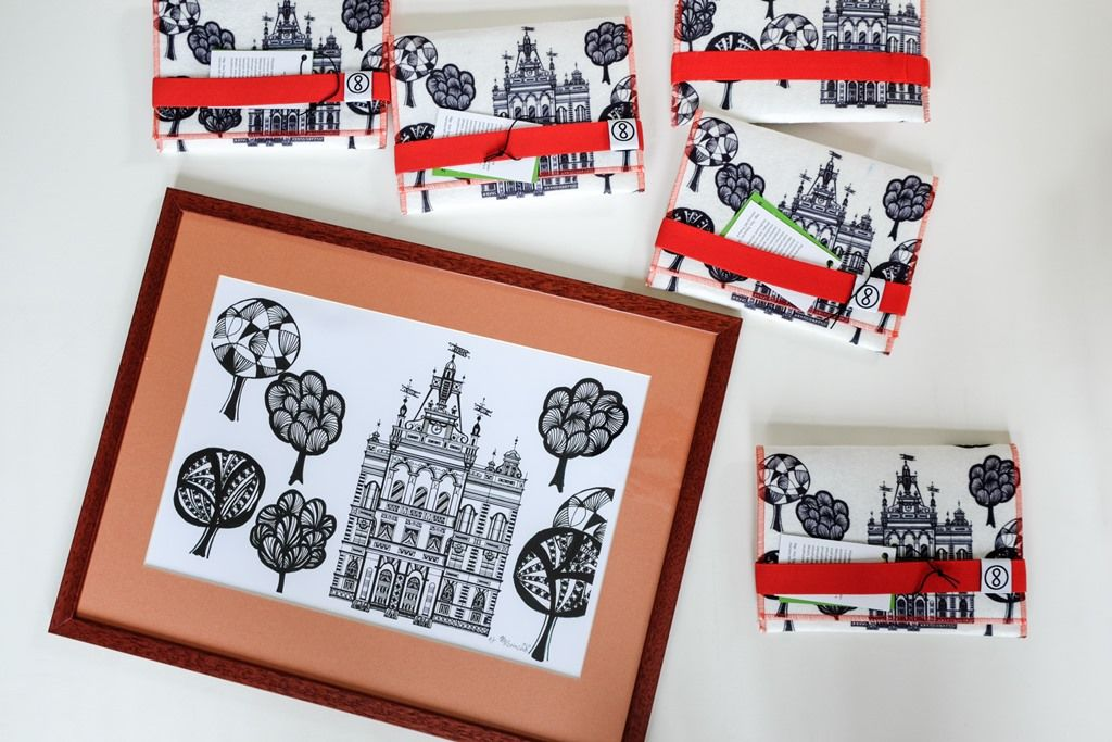 Finální produkt ajeho předloha - perokresba Nuselské radnice zdílny Galerie Marcely Levinské