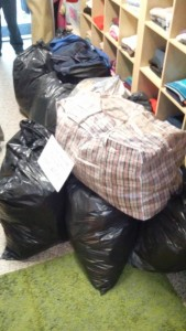 Hromada pytlů svytříděným oblečením pro sestry boromejky