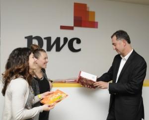 Předání zápisníků FOREWEAR partnerovi PwC panu Václavu Prýmkovi