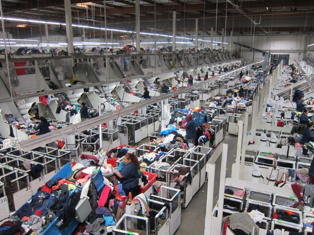 Ilustrační foto zvelké třídírny (nikoli však od Partnera POTEXu), která neustále zpracovává ohromné množství oblečení